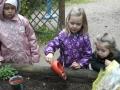 Marie, Liana und Felisha pflanzen Osterglocken